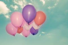 Kleurrijke ballons op blauwe hemelachtergrond Royalty-vrije Stock Afbeelding