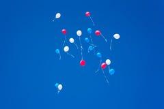 Kleurrijke ballons op een blauwe hemelachtergrond Royalty-vrije Stock Fotografie