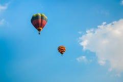 Kleurrijke ballons op hemel Royalty-vrije Stock Foto's