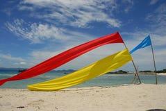 Kleurrijke banners op strand  Stock Foto