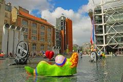 Kleurrijke beeldhouwwerken naast Centre Pompidou Parijs Stock Afbeelding
