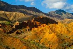 Kleurrijke bergen, gele en verschillende kleur geschilderde heuvels stock fotografie
