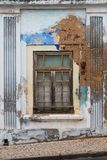 Kleurrijke beschadigde muur en een venster stock foto's