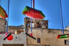 Kleurrijke bezems die voor een winkel in medina van Fes in Marokko hangen royalty-vrije stock afbeelding