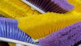 Kleurrijke bezems voor verkoop bij lokale markt stock foto
