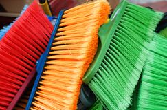 Kleurrijke bezems voor verkoop bij lokale markt stock foto's