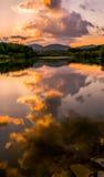 Kleurrijke bezinning over het meer Royalty-vrije Stock Fotografie
