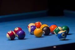 Kleurrijke biljartballen Biljartbal bij blauwe lijst kleurrijk royalty-vrije stock afbeelding