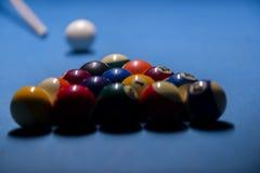 Kleurrijke biljartballen Biljartbal bij blauwe lijst kleurrijk royalty-vrije stock fotografie