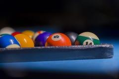 Kleurrijke biljartballen Biljartbal bij blauwe lijst kleurrijk stock afbeelding
