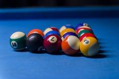 Kleurrijke biljartballen Biljartbal bij blauwe lijst kleurrijk stock foto's