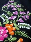 Kleurrijke bloem en het groene borduurwerk van de bladerenhand Royalty-vrije Stock Fotografie