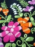 Kleurrijke bloem en het groene borduurwerk van de bladerenhand Stock Foto's
