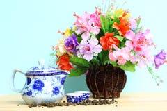 Kleurrijke bloembos in houten vaas op houten lijst en exemplaarruimte Stock Afbeelding