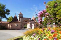 Kleurrijke bloemen bij de ingang van Rothenburg ob der Tauber, Duitsland Stock Foto