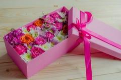 Kleurrijke bloemen in doos stock foto's