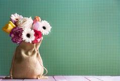 Kleurrijke bloemen in een jutezak Royalty-vrije Stock Fotografie