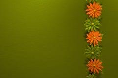 Kleurrijke bloemen en groene muur royalty-vrije stock afbeelding