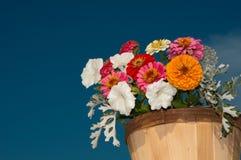 Kleurrijke bloemen in houten emmer Stock Fotografie