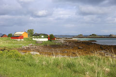 Kleurrijke blokhuizen in kleurrijk landschap royalty-vrije stock foto's