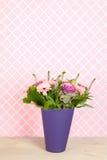 Kleurrijke boeketbloemen in blauwe vaas Royalty-vrije Stock Afbeelding