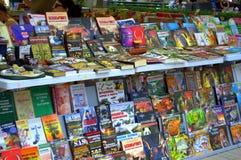 Kleurrijke boektribune stock fotografie