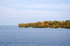 Kleurrijke bomen bij de rivier Stock Afbeelding