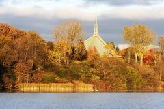 Kleurrijke bomen dichtbij rivier Royalty-vrije Stock Fotografie