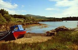 Kleurrijke boot bij kust Royalty-vrije Stock Fotografie
