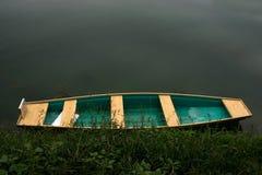Kleurrijke boot door het water royalty-vrije stock fotografie