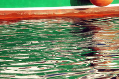 Kleurrijke bootbezinningen over golvend water Royalty-vrije Stock Foto's