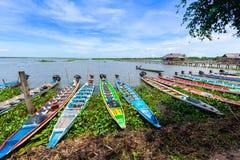 Kleurrijke Boten bij Thale-de reserve Phattalung Thailand van noiwatervogels royalty-vrije stock afbeeldingen