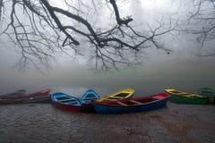 Kleurrijke boten in de mist royalty-vrije stock afbeelding