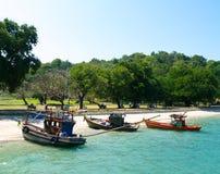 Kleurrijke boten die op strand worden vastgelegd Royalty-vrije Stock Afbeeldingen