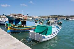 Kleurrijke boten Marsaxlokk Stock Afbeeldingen