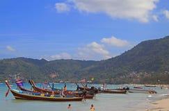 Kleurrijke boten op de kust, Patong-strand Stock Foto's