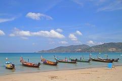 Kleurrijke boten op de kust, Patong-strand Stock Fotografie