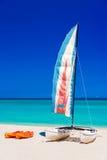 Kleurrijke boten op een Cubaans strand royalty-vrije stock foto
