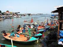 Kleurrijke boten op een dok Stock Foto's