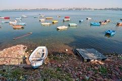 Kleurrijke boten op meer Stock Afbeeldingen