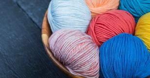 Kleurrijke breiend garenballen in mand Stock Foto's