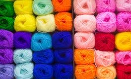 Kleurrijke breiende wol stock afbeelding