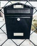 Kleurrijke brievenbus bij ingang van het huis stock foto