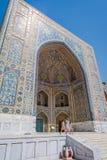 Kleurrijke buitenkant van tilya-kori madrasah, Samarkand Registan Stock Afbeeldingen