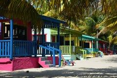 Kleurrijke bungalowwen op Placencia-Strand Belize royalty-vrije stock afbeeldingen