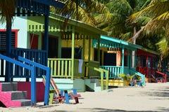 Kleurrijke bungalowwen op Placencia-Strand Belize royalty-vrije stock afbeelding
