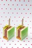 Kleurrijke cake op hartenachtergrond Stock Foto's
