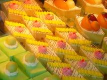 Kleurrijke Cakes en Gebakjes Stock Afbeeldingen