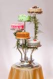 Kleurrijke cakes op stadium met meerdere verdiepingen royalty-vrije stock afbeelding