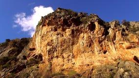 Kleurrijke canion in de bergen van Mallorca tegen diepe blauwe hemel stock video